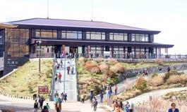 Zbliżenie wiele ludzie Hakone Geomuseum i pamiątkarski sklep w Owa Zdjęcia Stock
