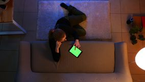 Zbliżenie wierzchołka krótkopęd ładna kobieta używa pastylkę online w wygodnym robić zakupy i podczas gdy siedzący na podłodze in zbiory