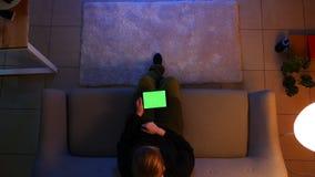 Zbliżenie wierzchołka krótkopęd ładna kobieta używa pastylkę z zieleń ekranem i surfujący ogólnospołecznych środki podczas gdy si zdjęcie wideo