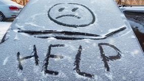 Zbliżenie wipers i oszroniejąca samochodowa przednia szyba zakrywający z lodem i śniegiem Zimy pogoda zbiory