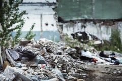 Zbliżenie wizerunek śmieciarski usyp z rujnującą cegłą Obraz Royalty Free