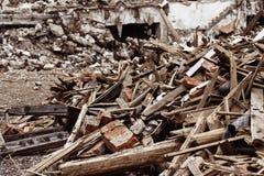 Zbliżenie wizerunek śmieciarski usyp z rujnującą cegłą Obraz Stock