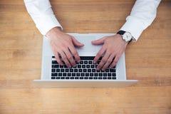 Zbliżenie wizerunek biznesmen wręcza używać laptop Fotografia Stock