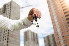 Zbliżenie wizerunek biznesmena mienia klucze od nowej nieruchomości Obraz Stock