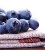 Zbliżenie wizerunek czarne jagody na tkaniny Serviette Zdjęcie Stock