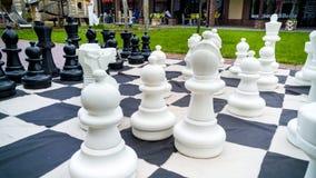 Zbliżenie wizerunek gigantyczne chessboard i szachy postacie w parku Rozrywka i zabawa dla rodziny outdoors fotografia royalty free