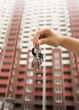 Zbliżenie wizerunek klucze od nowego domu w żeńskiej ręce pojęcie kupować nowego mieszkanie Obrazy Stock