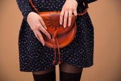 Zbliżenie wizerunek kobieta wręcza mienie torbę fotografia royalty free