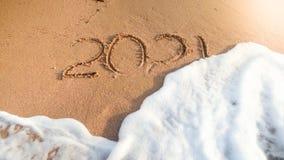 Zbliżenie wizerunek 2021 liczba myje od mokrego piaska na plaży morze falą Pojęcie nowy rok, boże narodzenia i zdjęcie royalty free