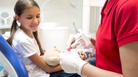 Zbliżenie wizerunek pediatryczny dentysta używa szczęka modela pokazywać dlaczego stosownie czyścić zęby Obrazy Royalty Free