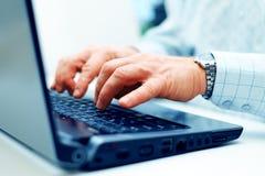 Zbliżenie pisać na maszynie męskie ręki Fotografia Stock
