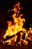 Zbliżenie wizerunek pożarniczy i drewniany palenie w grabie Zdjęcie Royalty Free
