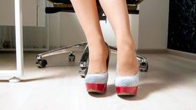 Zbliżenie wizerunek seksowny żeński urzędnika obsiadanie na krześle w szpilki butach fotografia stock