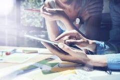 Zbliżenie wizerunku dziewczyny macania ekranu Cyfrowego pastylki ręka Projektów producenci Bada proces Młody Biznesowy załoga dzi Obraz Royalty Free