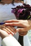 zbliżenie wręcza momentu ślub obraz stock