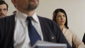 Zbliżenie współpracownicy drużynowi w formalnej odzieży przy spotkaniem zbiory wideo