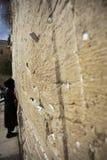 Ono modli się przy Wy ścianą Obrazy Royalty Free