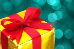 Zbliżenie złocisty prezent. Obraz Royalty Free