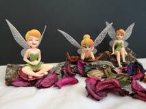 Zbliżenie z miniaturowymi Disney czarodziejkami Tinkerbell zdjęcia royalty free