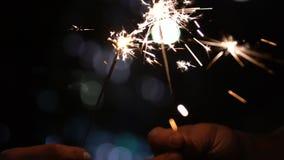 Zbliżenie zaświecający Bengal ogień, świętowanie nowy rok, bajka i magia, zbiory