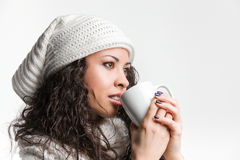 Zbliżenie zadumana młoda brunetka pije od remi i kubka Obraz Royalty Free