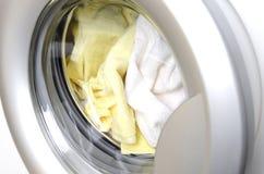 Zbliżenie zamknięty drzwi pralka Barwiona pralnia w wasing maszynie zdjęcia royalty free