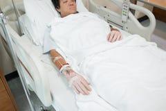 Zbliżenie zasolony pacjent przyznaje w szpitalu z iv zasolonym zdjęcie royalty free
