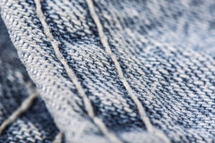 Zbliżenie zaszywanie niebiescy dżinsy zdjęcie stock
