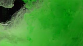 Zbliżenie zielony atrament nad czarnym tłem zdjęcie wideo