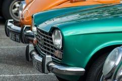 Zbliżenie zielony Peugeot 204 parkujący w rocznik wystawy samochodach fotografia stock
