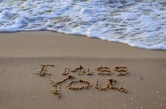 Zbliżenie znak brakuję ciebie, piszę na piasku Fala na plaży fotografia stock