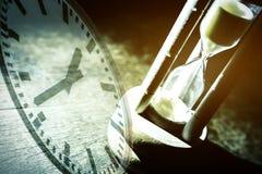 Zbliżenia hourglass na czarnym tle Zdjęcie Royalty Free