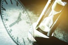 Zbliżenia hourglass na czarnym tle Obrazy Royalty Free