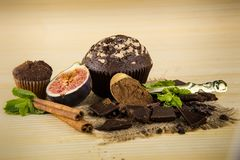 Zbliżenia muffins, czekolady, fig, cynamonu, mennicy i cacao proszek, Obrazy Stock