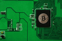 Zbliżenie bitcoin obwodu deska z bitcoin procesorem Zdjęcia Stock