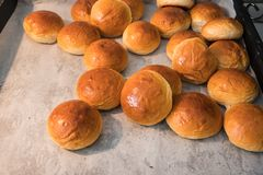 Zbliżenie chlebowe rolki w foremce na drewno stole Obraz Royalty Free
