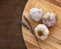 Zbliżenie czosnek na drewnianym stole Obrazy Stock