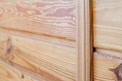 Zbli?enie drewniane deski przymocowywa? przecinaj?cym barem temat ?rodowiskowy kolegowanie obrazy royalty free
