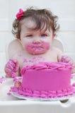 Zbliżenie dziewczynka je jej pierwszy urodziny c obrazy stock
