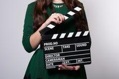 Zbliżenie filmu clapper utrzymuje dziewczyny w zielonej sukni Zdjęcie Royalty Free