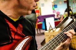 Zbliżenie fotografia elektryczny basowej gitary gracz obrazy stock