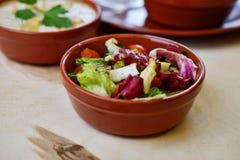 Zbli?enie fotografia jarzynowy salat w pucharze z tradycyjnymi hindus?w naczyniami przy t?em obrazy royalty free