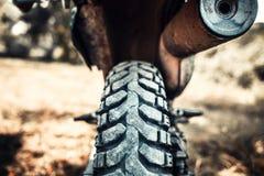 Zbliżenie fotografia z droga silnika rower plenerowy Zdjęcie Royalty Free