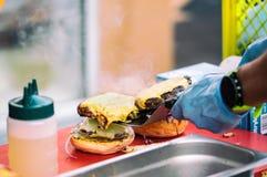 Zbliżenie hamburger na drewnianej desce przy otwartym jedzenie rynkiem w Ljubljana, Slovenia Zdjęcia Royalty Free