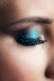 Zbliżenie kobieta closeed oko z niebieskie oko cieniem Obraz Royalty Free