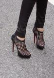 Zbliżenie kobieta jest ubranym czarne szpilki na ulicie Zdjęcie Stock