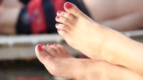 Zbli?enie kobiety stopa na pla?y Dziewczyna pokazuje ona palce, gwo?dzie maluj?cy z czerwon? lak? zdjęcie wideo
