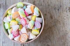 Zbliżenie kolorowi mini marshmallows z cukierkiem w pucharze Zdjęcia Stock
