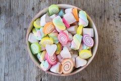 Zbliżenie kolorowi mini marshmallows z cukierkiem w pucharze Zdjęcie Stock