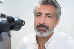 Zbliżenie laborancki pracownik obok mikroskopu eyepiece Fotografia Stock